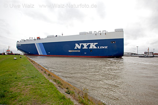 Car carrier VOLANS LEADER with towboat