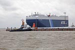 Autotransportschiff  VOLANS LEADER mit Schlepper / Car carrier VOLANS LEADER with towboat