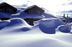 Yellowstone NP, Lodge & snow drifts